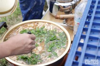 有機野菜たっぷりのお味噌汁に色鮮やかなケールを投入!