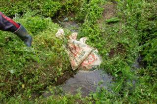 水入れの前は土のうで栓がしてあります