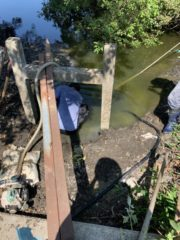 田んぼの水路を補修